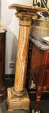 Sellette en marbre veiné beige et rouge, chapiteau à feuilles d'acanthe et base couronnée de lauriers en bronze doré.  Haut. : 117 cm  (restauration sur le plateau)