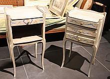 Paire de chevets à trois tiroirs en bois peint  Fabrication moderne