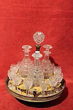 Cabaret en tôle peinte jaune et grisaille composé de trois carafes et onze verres en cristal taillé