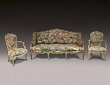 Un salon en bois laqué grisIl se compose de sept fauteuils cabriolets, un canapé et une chaise