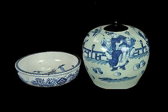 Platón y vasija con tapa. Origen chino, porcelana con decoración esmaltada en color azul. Con escenas costumbristas. 2 piezas.