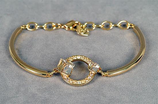 Pulsera. Swarovski. En metal dorado. Diseño con cristales cúbicos y 16 corte 8x8. Incluye certificado y funda. Peso: 10.0 grs.