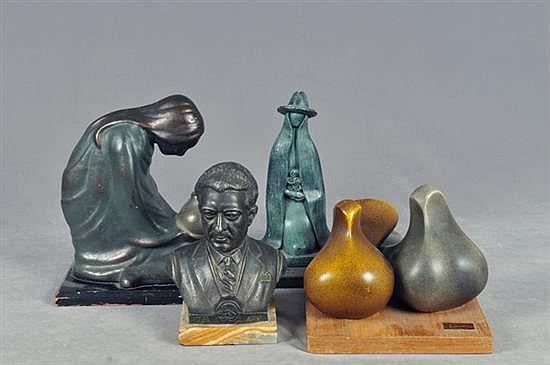 Lote de esculturas. En latón y pasta. Diferentes tamaños. Consta de: a) Busto de López Mateos. b) Mujer con flores. Otros. Piezas: 4