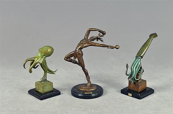 Jorge Coste. En bronce patinado. Diseños con bases cuadrangulares de resina. Consta de: a) Calamar. b) Danzante. c) Pulpo. Piezas: 3