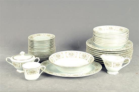 Vajilla. Elaborada en porcelana japonesa. Para 8 personas. Diseño con bordes esmaltados en dorado. Decorada con cenefa floral. 42 pz.