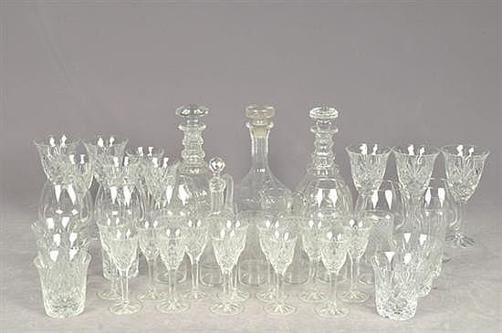 Lote de cristalería. Diferentes tamaños. Diseños facetados y a la aguja. Consta de: 7 licoreras, 8 copas para cognac, otros. Piezas: 68