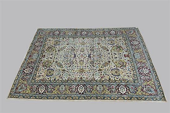 Alfombra persa. Estilo Tabriz. Elaborada en lana. Diseño con motivos florales.
