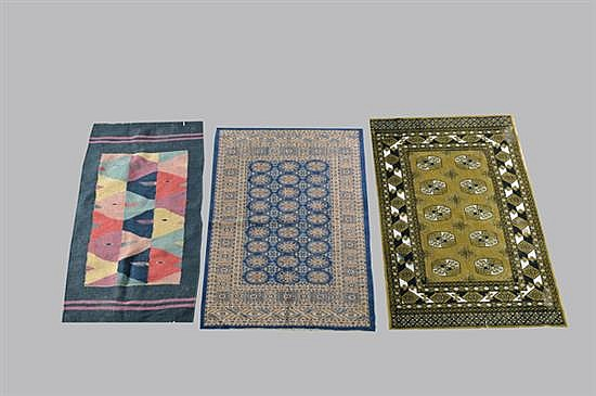 Lote de alfombras y tapete. Estilo persa. Diseños rectangulares con flequillos; en vivos verde, azul marino y negro (Temoaya) Piezas: 3