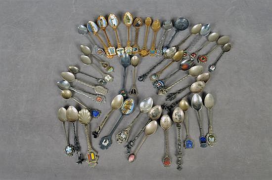 Colección de cucharillas. Diferentes orígenes y diseños. Elaboradas en metal. Piezas: 42