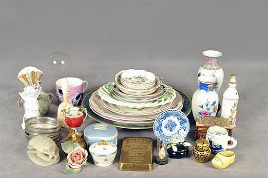 Lote mixto. Elaborado en porcelana, vidrio, madera y metal. Diferentes tamaños y diseños. Consta de: platos, capelo, otros. Piezas: 50