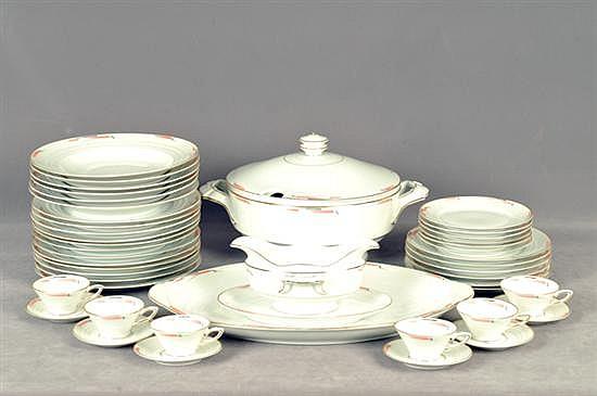Vajilla. Origen alemán. En porcelana Heinrich & Co. Servicio para 6 personas. Diseño en color blanco con bordes dorados. Piezas: 45