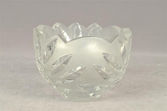 Bowl. Elaborado en cristal. Diseño mixtilíneo esmerilado. Decorado con motivos florales.