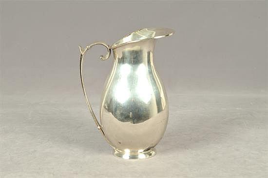 Jarra. Origen mexicano. Elaborada en plata Sanborns 0.925. Diseño con asa vegetal. Peso: 728.5 grs.