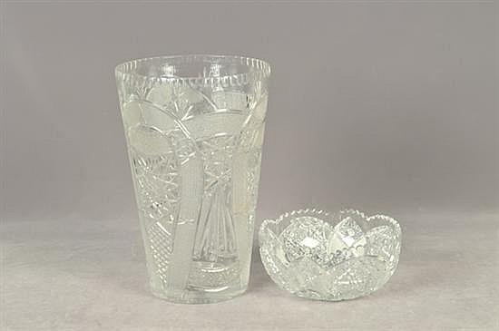 Lote de cristalería. Diseños facetados y diamantados. Consta de: a) Florero. b) Centro de mesa. Piezas: 2