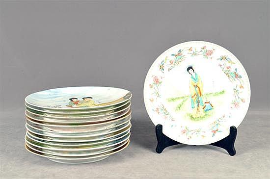 Lote de platos decorativos. En porcelana policromada. Diseños circulares y esmaltados. Decorados con escenas orientales. Piezas: 13