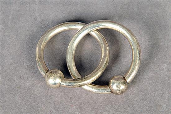Sonaja. Sellada Tiffany & Co. Elaborada en plata 0.925. Diseño a manera de aros enlazados. Peso: 29.9 grs.