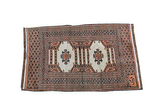 Alfombra pakistaní. Estilo Boukhara. Anudado a mano. Diseño con flequillos y motivos geométricos. Firmado.