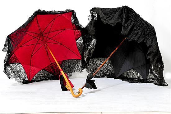 Dos sombrillas antiguas a elaborada con encaje color negro for Tela para sombrillas