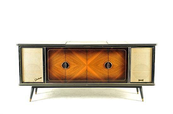 Consola con radio y tocadiscos. Ca. 1970. Marca Telefunken, modelo Gladiator II. Estructura de madera enchapada. Mecanismo de bulbos.