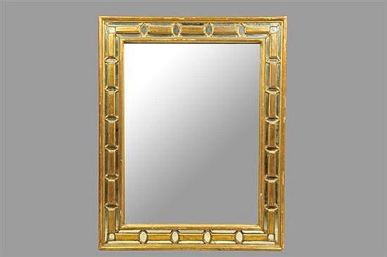 Espejo. Marco de madera dorada. Diseño rectangular. Decorado con molduras en geométricas.