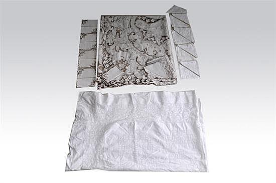 Dos manteles con servilletas. a)Mantel elaborado en algodón. Deshilado y bordado. Decoración calada con motivos florales. Color blanco.