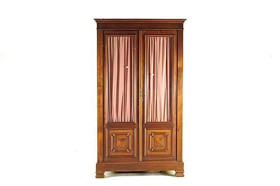 Librero. Madera tallada. Decoración tablerada. 2 puertas abatibles, con 3 entrepaños interiores y cortinas de tela color rosa. Raspones