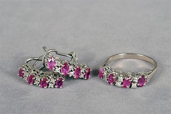 Juego de anillo y par de aretes. Medida 6 1/2. En paladio. Diseño con rubíes en corte marquise y brillantes en corte 8x8. 6.4 grs.