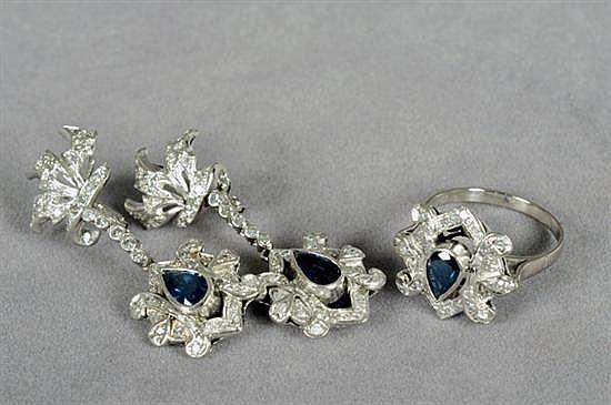 Juego de anillo y par de aretes largos. Medida 8 1/4. Diseño con zafiros en corte gota y brillantes en corte 8x8. 14.7 grs.
