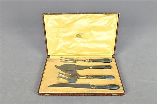 Juego de cubiertos de servicio. Estilo Art Nouveau. Origen francés, siglo XX. En metal plateado. Consta de: 2 trinches y 2 cuchillos.
