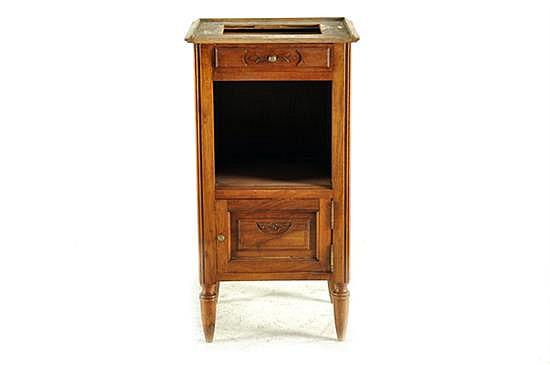 Buró Luis XVI. Madera tallada, sin cubierta. Con un cajón, repisa y puerta abatible. Decoración vegetal. Presenta marcas, polilla.