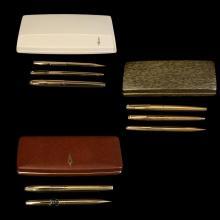 Lote de artículos de escritura. Diferentes técnicas y materiales. a) Juego de pluma fuente, bolígrafo y lapicero. Marca Sheaffer.22 pzs