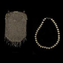 Lote mixto. Consta de: a) Bolsa tejida. Elaborada en plata. Peso: 25.8 g. b) Collar. Elaborado en plata 0.925. Piezas: 2