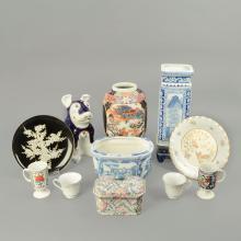 Lote de artículos decorativos. Origen oriental. Siglo XX. En porcelana. Diferentes diseños y tamaños. Consta de: jarrón,  otros. 23 pzs