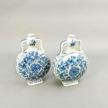 Par de jarrones. Origen oriental. Siglo XX. Estilo Ming. Elaborados en porcelana blanca y azul. Decorados con motivos orgánicos.