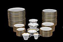 Vajilla. Origen alemán. En porcelana Scherzer, Bavaria. Con esmalte dorado en bordes. Servicio para 12 personas. Piezas: 134