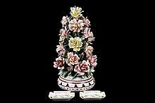 Lote de artículos decorativos. Origen italiano. En porcelana policromada Capodimonte. Consta de: par de ceniceros y bouquet. Piezas: 3