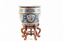 Pecera. Origen chino. En porcelana policromada. Con esmalte dorado. Decorada con motivos florales, aves y escenas cortesanas.