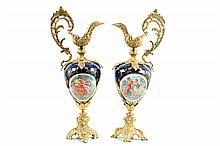 Par de jarras de clarete. En porcelana tipo Sevrès, color azul cobalto. Con aplicaciones de metal dorado. Piezas: 2