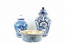 Par de tibores. Origen mexicano. En cerámica, color azul cobalto y blanco. Diferentes diseños. Incluye jofaina. Piezas: 3
