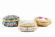 Lote de cajas-alhajero. Origen alemán y mexicano. En porcelana, pintadas a mano. Con esmalte dorado. Piezas: 3