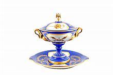 Copón y platón decorativo. Origen francés. En porcelana Sevres, azul rey. Con esmalte dorado. Decorado con motivos vegetales. Piezas: 2