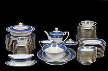 Servicio abierto de vajilla. Origen japonés. En porcelana Noritake, azul rey. Con esmalte dorado. Decorada con rocallas. Piezas: 103