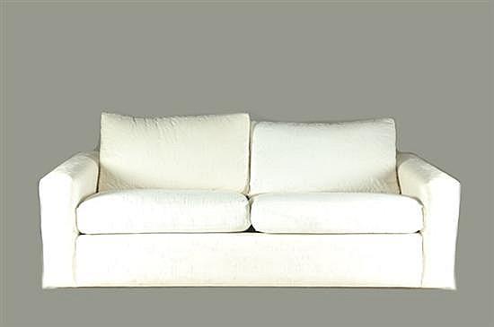 Love seat. Tapizado en tela color blanco, con grabados florales. Presenta manchas.