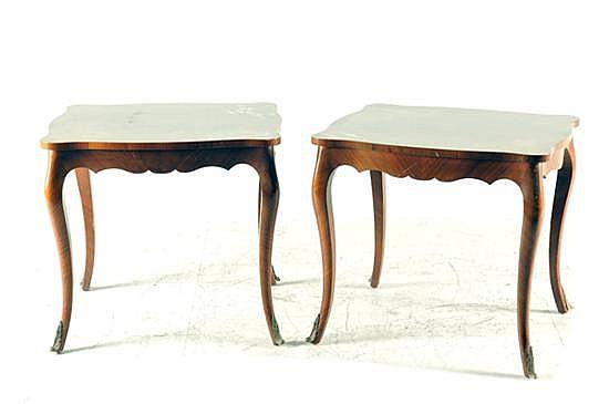 2 mesas laterales.Madera con marquetería floral. Patas con aplicaciones vegetales de metal dorado. Presentan marcas y desgaste. 2 pz.