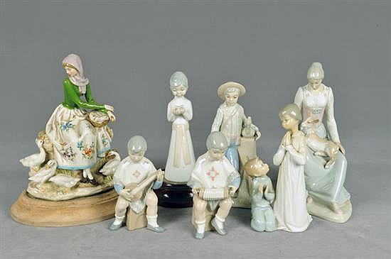 Lote de figuras. Origen española, Siglo XX. En porcelana policromada, acabado brillante. Diferentes diseños. 7pz.