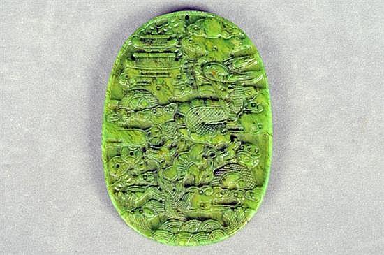 Medallón. Tallado en serpentina. Diseño oval con motivos orientales. Gramos 86.0