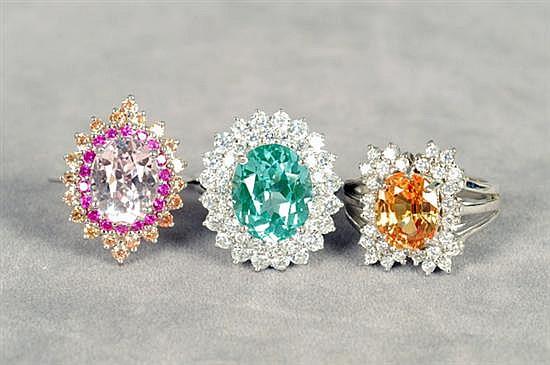 Tres anillos. Medidas 6 1/2 y 6 3/4. Elaborados en plata 0.925. Diseño con gemas multicolores y simulantes. Gramos 17.3