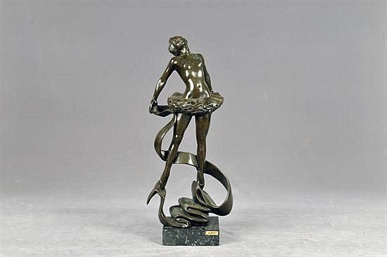 Firmado A. Pars. Bailarina. Elaborada en antimonio, con base de mármol (desprendida). Dimensiones: 52 cm.