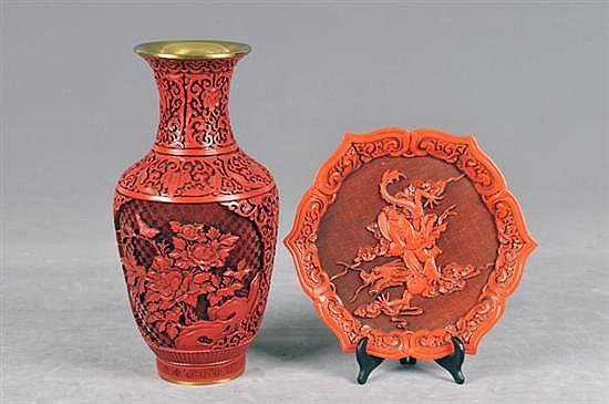 2 piezas orientales. Origen chino. En pasta. Diseño oriental, con emalte dorado. Con motivos idílicos. Consta: a) Florero. b) Plato. 2p