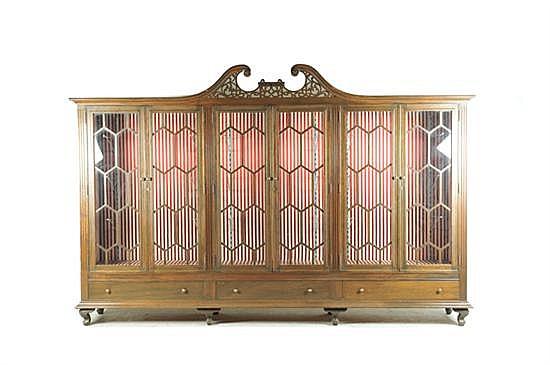 Vitrina. Elaborada en madera. Electrificada. Con 6 puertas abatibles con vidrios, entrepaños y 3 cajones inferiores.